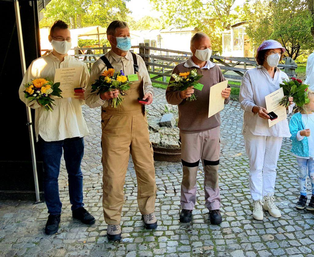 Die Müller-Azubis haben die ersehnten Diplome ausgehändigt bekommen.